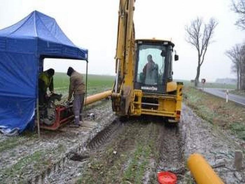 Sypnęło śniegiem, ale ekipy firmy kładącej nitkę gazociągu w Siennie nie zeszli z pola.