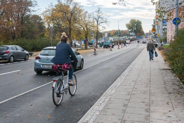 Tak wygląda nowa ścieżka rowerowa wzdłuż ul. Dolna Wilda. Dwukierunkowa droga wzdłuż ul. Dolna Wilda liczy ma kilometr długości. Kolejne zdjęcie -->