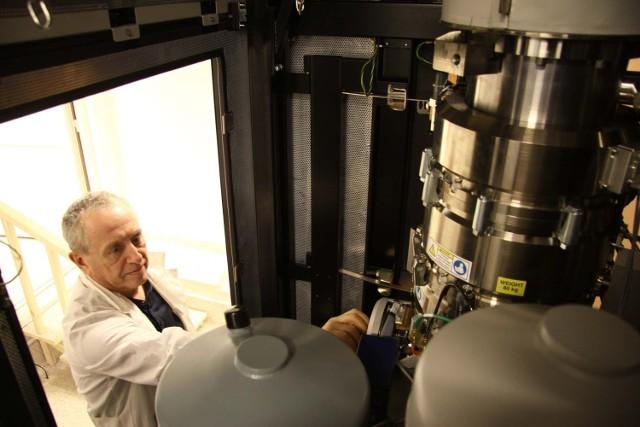 Konrad Sypniewski, pracownik Laboratorium Analitycznego Wydziału Chemii na co dzień korzysta z nowej aparatury