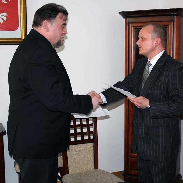 Philippe Fauquet, dyrektor regionalny sieci Carrefour (z lewej) i burmistrz Paweł Wolicki dobili targu. Dzięki temu mieszkańcy będą mogli kąpać się w wyremontowanym basenie