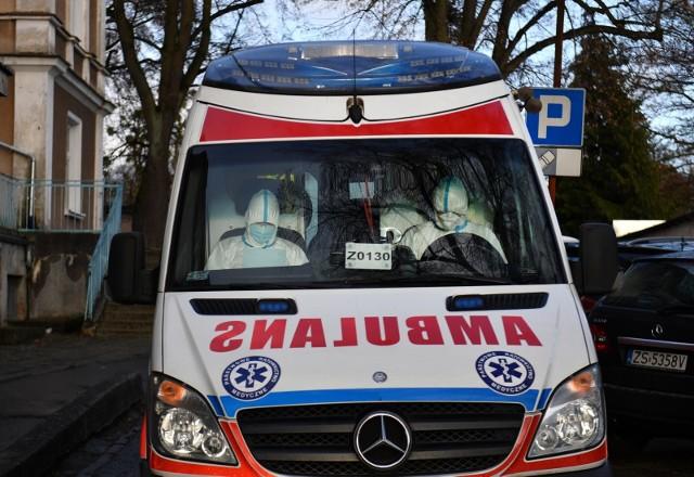 Szczecin, ekipa pogotowia która przywiozła pacjenta z podejrzeniem koronawirusa z lotniska w Goleniowie. Czy już niebawem będzie to codzienny widok?