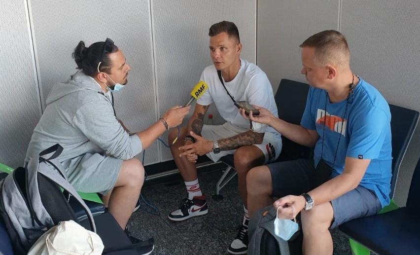 Rafał Gikiewicz rozmawiał z dziennikarzami przed wylotem do...