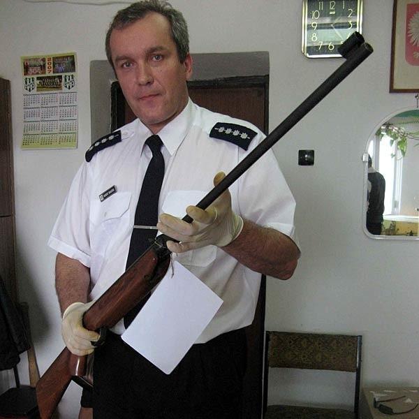 - Z tej wiatrówki padł feralny strzał - pokazuje asp. sztab. Robert Bułatek, oficer prasowy dębickiej policji.