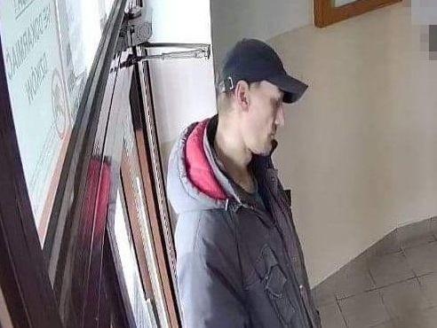 Ten mężczyzna może mieć związek ze sprawą kradzieży...