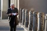Trzynasta emerytura 2021 będzie niższa, niż wszyscy zakładali. Seniorzy dostaną mniej na swoje konta!