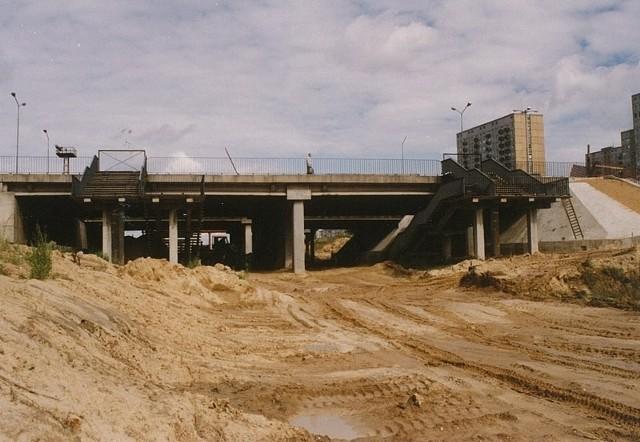 Początki były trudne. Budowa rozpoczęła się w 1982 roku. Odcinek torowiska o długości 6,1 kilometra powstawał 15 lat.
