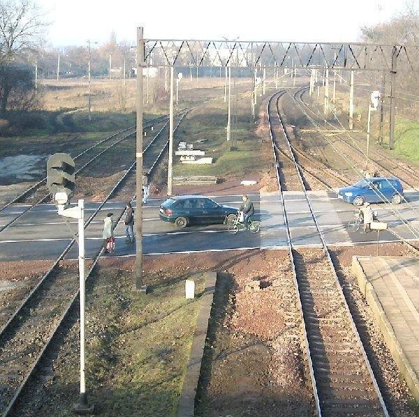 Aleksandrów to specyficzne miasto -  podzielone na dwie części przez tory kolejowe.  Przy zamkniętych przejazdach ulice często się  korkują. Rozwiązaniem mógłby być w  przyszłości podziemny tunel.