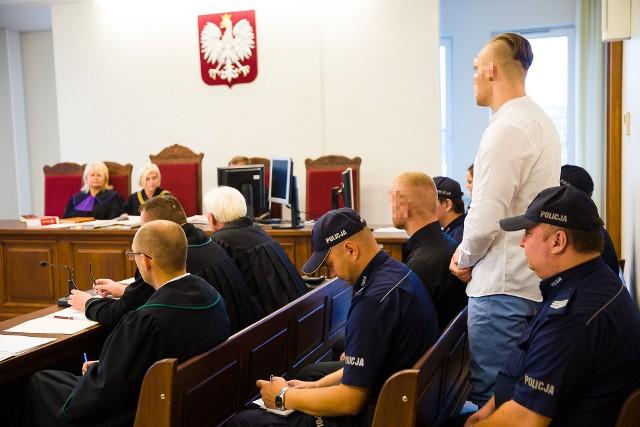 Obaj oskarżeni Konrad P. (na zdj. stoi) i Piotr K. na rozprawę zostali doprowadzeni z tymczasowego aresztu. Żaden nie był w przeszłości karany. Teraz grozi im kilkanaście lat więzienia
