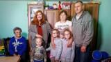 """""""Nasz Nowy Dom"""" w Połchowie 2020. Katarzyna Dowbor pomogła rodzinie z Pomorza. W metamorfozie domu pomagali młodzi strażacy OSP Mrzezino"""