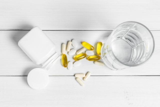 Aby wzmocnić naturalne siły obronne organizmu, można skorzystać z suplementów diety. Trzeba jednak wiedzieć, które z nich wybrać, ponieważ dostępnych na rynku jest setki produktów, o deklarowanym przez producenta działaniu. Wiele spośród nich nie poprawi odporności, ponieważ nie zawiera składników wzmacniających układ immunologiczny, lub zawiera je, ale w zbyt niskich dawkach. Podpowiadamy, jakich suplementów diety szukać, aby nie łykać tabletek na marne!