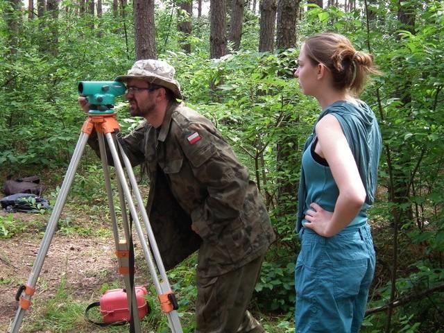Z lewej archeolog Robert Grochowski
