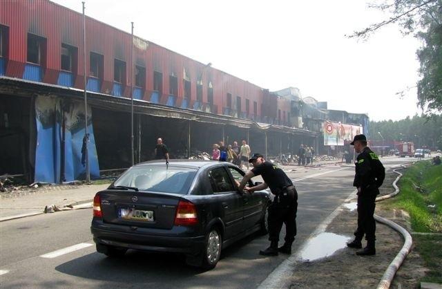 Z powodu pożaru droga W-645 biegnąca wzdłuż zakładu jest w dalszym ciągu zamknięta dla ruchu.