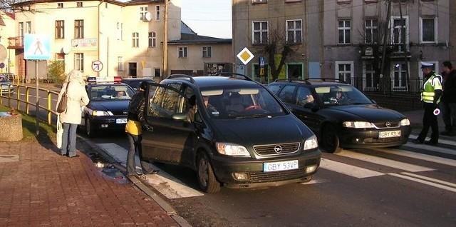 Opel zafira potrącił przedwczoraj mężczyznę na przejściu dla pieszych koło Lewiatana.