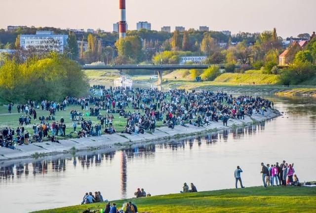 Ciepłe dni nad Wartą spędza wiele osób. Nie wszyscy pamiętają jednak o tym, co jest zabronione nad rzeką.