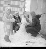 Zima w mieście w PRL. Na ulicach śnieg, fiaty i syreny, a na sankach dzieci i dorośli [ARCHIWALNE ZDJĘCIA]