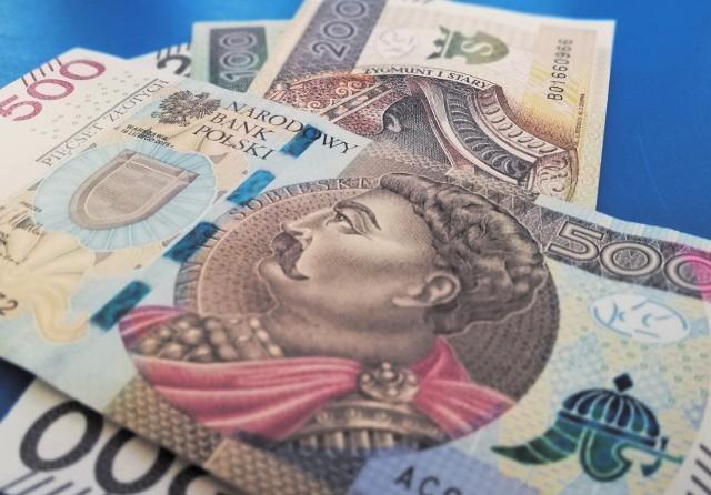 Zarobki Polaków szybują w górę? Najnowsze dane Głównego Urzędu Statystycznego (GUS) potwierdzają wzrost przeciętnej płacy o ponad 500 zł względem ubiegłego roku! Dotyczy to zatrudnionych w średnich i dużych przedsiębiorstwach. Sprawdźcie, ile obecnie wynosi przeciętne miesięczne wynagrodzenie i kogo dokładnie dotyczą te dane.Czytaj dalej. Przesuwaj zdjęcia w prawo - naciśnij strzałkę lub przycisk NASTĘPNEPOLECAMY TAKŻE: Płaca minimalna 2022 wyższa niż zapowiadano! Jaka stawka godzinowa?