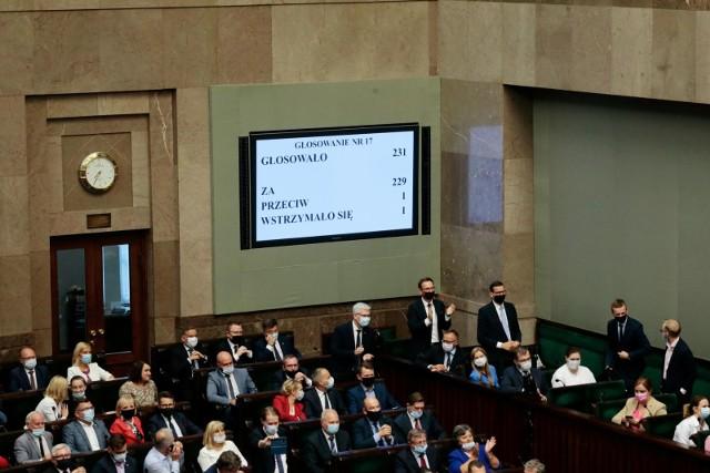 1 października 2021 r. Sejm uchwalił ustawę zwaną podatkowym Nowym Ładem. Sensacyjne wręcz uzupełnienie wcześniejszego projektu stanowi tzw. Pit-0 dla seniorów. Podatnicy w wieku emerytalnym odkładający decyzję o przejściu na emeryturę i dalej czynni zawodowo lub w roli przedsiębiorcy będą płacić podatek dopiero po przekroczeniu 115 528 zł zarobków rocznie!