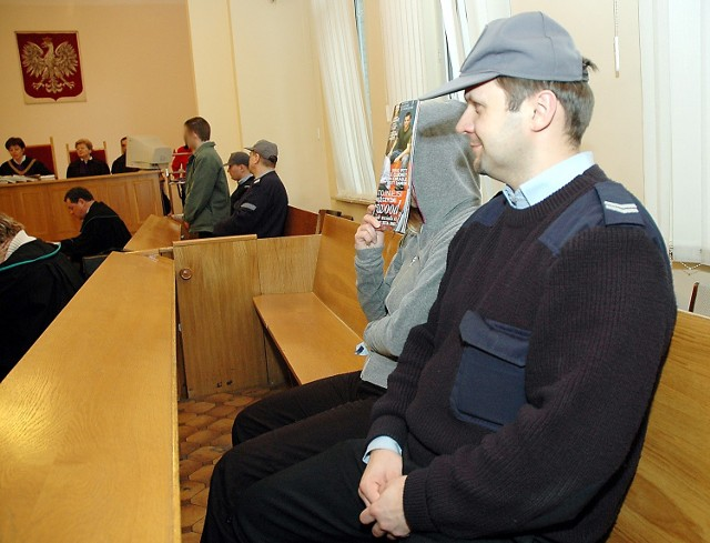 Oskarżeni nie mogą ze sobą rozmawiać. W sądzie siedzieli w najbardziej oddalonych miejscach sali. Po rozprawie zostaną odwiezieni do aresztów śledczych w różnych miastach.