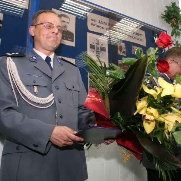 Po oficjalnym objęciu stanowiska i ucałowaniu sztandaru, nowy komendant dostał kwiaty i przywitał się z szefami podległych sobie jednostek z terenu powiatu.
