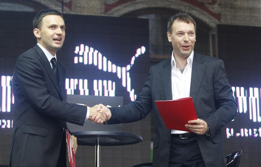 2009 rok. Piotr Waśniewski (z lewej) i prezes Pumy Piotr Cichocki pieczętują podpisanie umowy