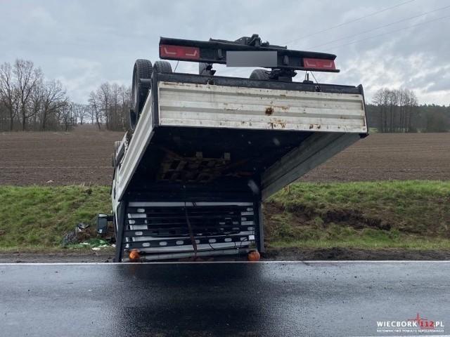 W Zamartem na DK 25 kierowca dostawczego Iveco stracił panowanie nad pojazdem i dachował