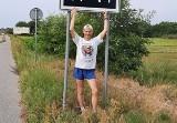 Sławek Tarczewski biegnie znad morza do Dąbia dla Hani z Brzeźnicy. Niezależnie od pogody pokonuje dziennie ponad 30 kilometrów!