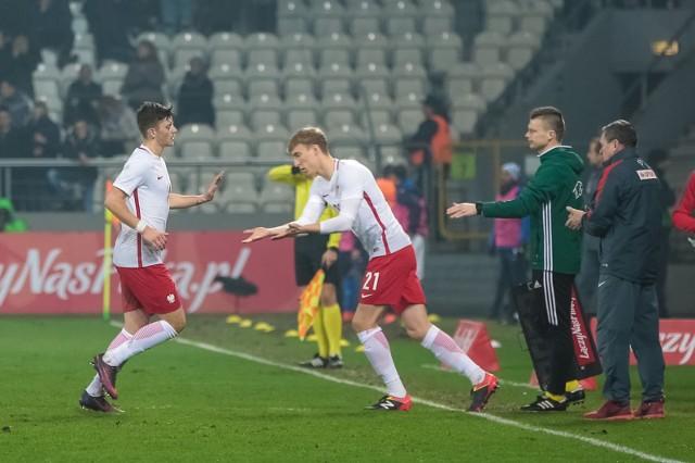 Adam Buksa (z prawej) zmienia Dawida Kownackiego podczas meczu Polska - Włochy U-21 na stadionie Cracovii