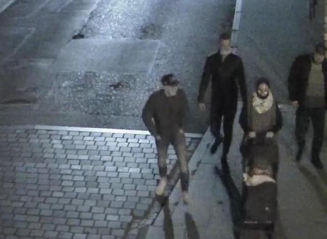 Kryminalni z bydgoskiego Śródmieścia prowadzą postępowanie w sprawie pobicia. Doszło do niego 10 listopada 2020 roku przy ul. Warmińskiego 20 w Bydgoszczy.