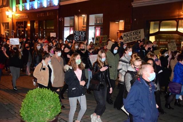 Protestujący przemaszerowali ulicami Inowrocławia. Skandowali hasła krytyczne względem partii rządzącej