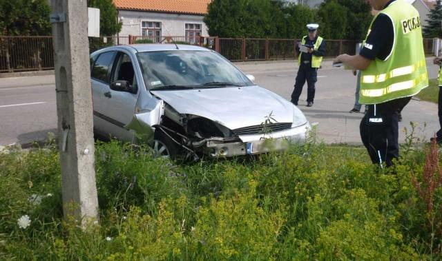 Policjanci otrzymali informację o jadącym bardzo szybko samochodzie, którego kierowca może być pod wpływem alkoholu. Na trasie Ełk-Nowa Wieś Ełcka patrol zauważył opisanego forda, który akurat wyprzedał inny pojazd na łuku drogi.Policjanci natychmiast włączając sygnalizację świetlną i dźwiękową nakazali kierowcy zatrzymanie się do kontroli drogowej. Jednak mężczyzna zignorował te polecenia, gwałtownie przyspieszył i zaczął uciekać.