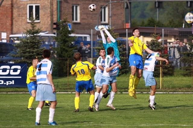 Stal Sanok (zólte stroje) w derbowym pojedynku zwyciezyla Karpaty Krosno 2-0.