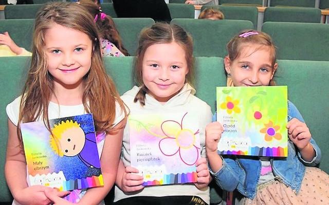 Maja, Roksana i Julia z Ia ze Szkoły Podstawowej nr 19 jako pierwsze zobaczyły nową serię książeczek dla dzieci