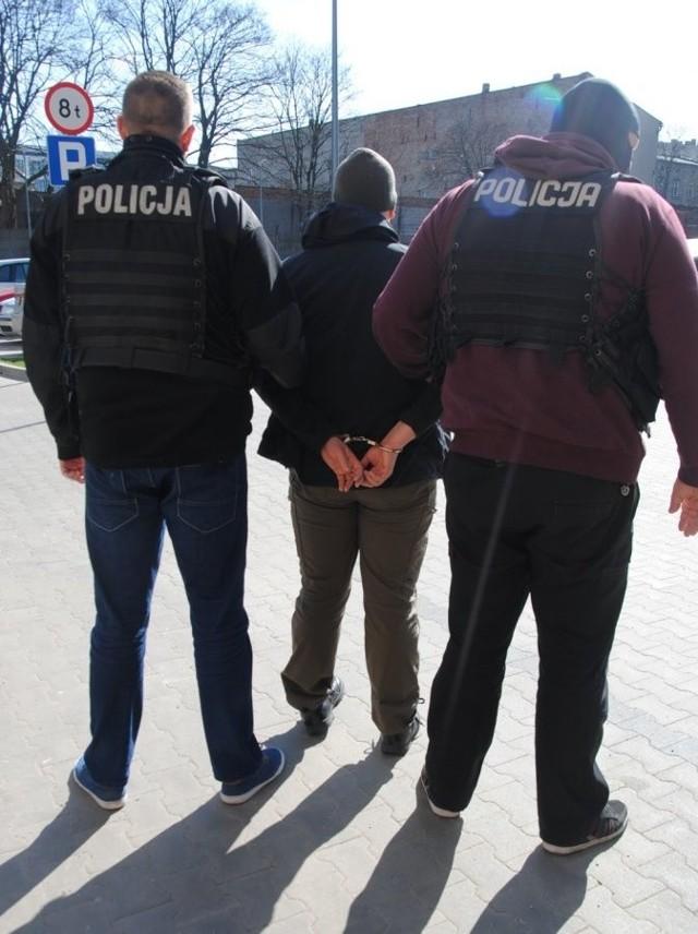 Fałszywe alarmy bombowe w Łodzi. Policjanci zatrzymali dwóch sprawców, którzy podrzucali  podejrzane paczki