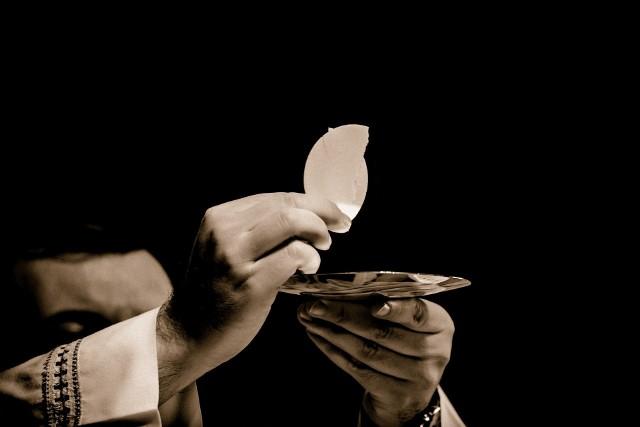 Niedziela 26 kwietnia będzie pierwszą niedzielą po częściowym zluzowaniu obostrzeń dotyczących uczestnictwa w nabożeństwach. W poprzednie cztery niedziele w kościołach mogło przebywać do pięciu wiernych. Teraz liczba osób w świątyniach uzależniona jest ich powierzchni. Na każde 15 mkw. może przypadać jeden wierny. Oznacza to, że w mszach może uczestniczyć już z reguły po kilkudziesięciu, a bywa, że nawet ponad stu wiernych. Ilu zatem wiernych będzie mogło przyjść do kościołów w Lubuskiem? Dane przedstawiamy na kolejnych podstronach. Oto dane, które parafie przedstawiły w swoich ogłoszeniach parafialnych.Pierwsza Komunia Święta odwołana w związku z epidemią koronawiurusa. Na kiedy może zostać ta uroczystość przesunięta?