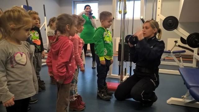 Podczas zwiedzania siedziby żarskich policjantów, dzieci obejrzały ciekawe pomieszczenia m.in. pokój okazań z lustrem weneckim, strzelnicę, salę treningową i przyjazny pokój przesłuchań dzieci.