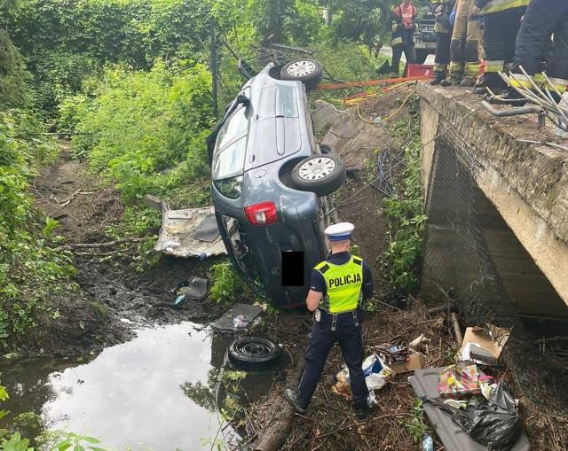 Samochód spadł z mostu we wsi Prusinowice.