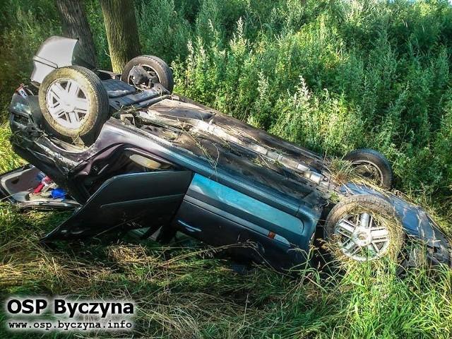 Kierowca renault laguny dachował pod Byczyną. Do wypadku doszło o godz. 15.00 zostaliśmy na drodze krajowej nr 11 na odcinku Gołkowice - Kostów (gm. Byczyna).