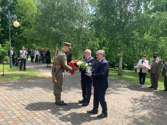 W Kozienicach złożono kwiaty i zapalono znicze przed pomnikiem - mogiłą żołnierzy Oddziału Dywersyjnego Batalionów Chłopskich.