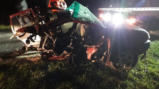 """W miejscowości Zagaje w gminie Będzino niedaleko Sarbinowa doszło do groźnie wyglądającego zdarzenia. Do wypadku doszło chwilę po godzinie 20 w sobotni wieczór. Prowadzący samochód osobowy marki volkswagen wypadł z drogi i uderzył w przydrożne drzewo. W zdarzeniu ucierpiał kierowca, który został przewieziony do szpitala. Policja ustala przyczyny zdarzenia.Zobacz także: Wypadek na krajowej """"6"""" koło Sianowa. Sześć samochodów rozbitych"""