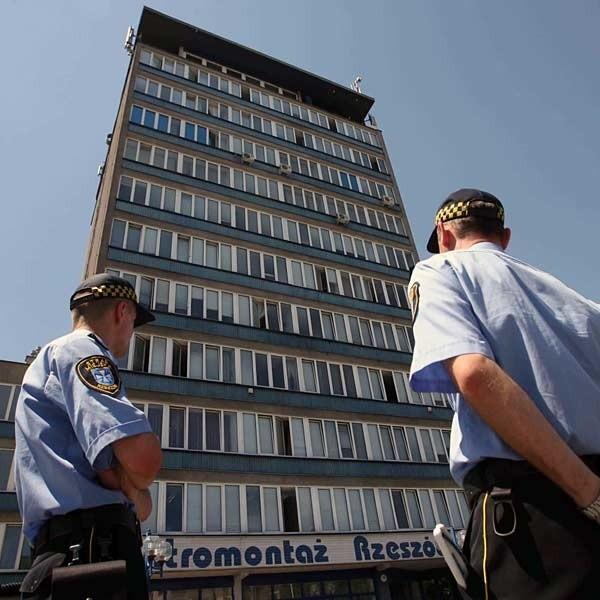 Straż Miejska zapowiada, że już nie będzie więcej prosić, tylko skieruje do sądu wniosek o ukaranie właściciela budynku.
