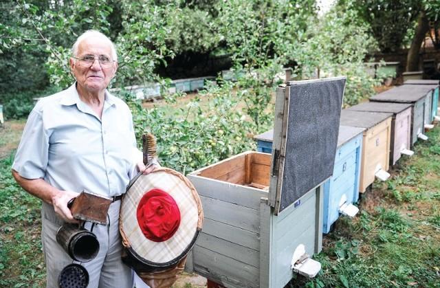 Antoni Barowicz już martwi się kolejnym sezonem i przez suszę dokarmia pszczoły