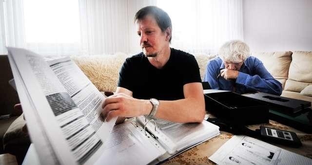 """W październiku ubiegłego roku na Łamach """"Nowości"""" szeroko opisywaliśmy przygody torunian z cudowanym biostymulatorem. Na zdjęciu jedni z posiadaczy urzadzenia, pan Tomasz Cywiński wraz z ojcem Stanisławem."""
