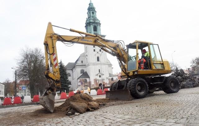 Końcowy etap prac na placu św. Jadwigi Śląskiej w Krośnie Odrzańskim.