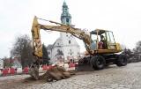 Remont placu św. Jadwigi Śląskiej powoli dobiega końca. Tylko jak długo wytrzyma przełożona kostka pod naporem ciężkiego transportu?