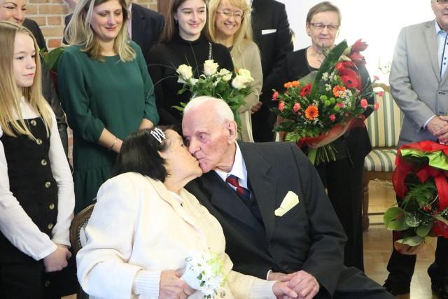 Dziś, o godzinie 12:30 w Urzędzie Stanu Cywilnego w Koszalinie, pani Anna i Pan Zbigniew świętowali 75. rocznicę ślubu. W tym wyjątkowym dniu towarzyszyła im rodzina; dzieci, wnuki oraz prawnuki. Gratulacje złożyli prezydent Piotr Jedliński i wiceprezydent Andrzej Kierzek.