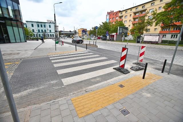 Nowe ścieżki rowerowe i przejścia dla pieszych na Przedmieściu Oławskim we Wrocławiu.