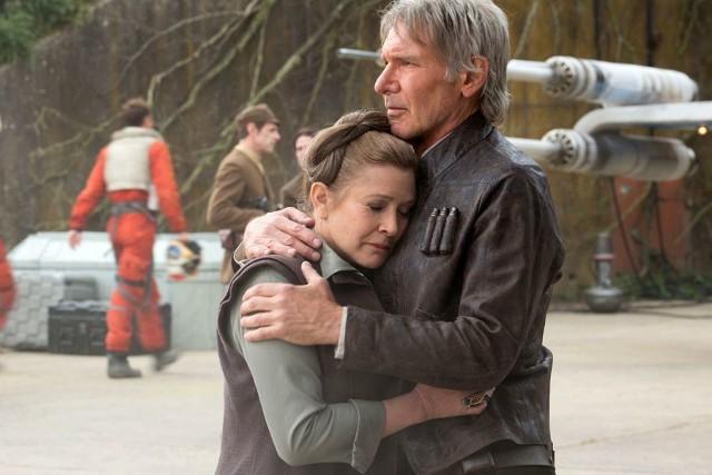 Aktorsko film rusza z kopyta, gdy na ekranie pojawiają się weterani. Han Solo (Harrison Ford) wciąż ma zawadiacki urok, Leia (Carrie Fisher) zachowała swoje oczy. A Luke Skywalker... musicie zobaczyć