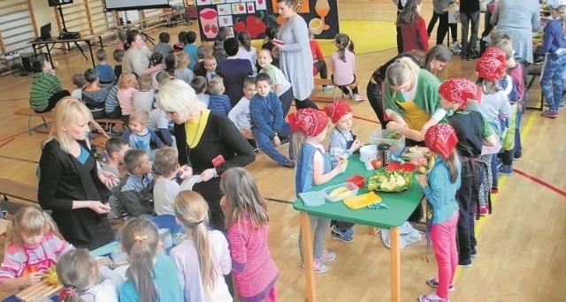 Uczniowie z Bolechowic chętnie uczestniczyli w zajęciach o zdrowym żywieniu.
