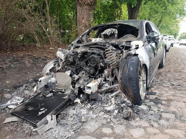 Tegoroczne wakacje właściciel luksusowego jaguara zaparkowanego przy ul. Rolniczej 59 w Łodzi zapamięta na długo. Gdy przebywał on na Pomorzu, auto spłonęło!Czytaj więcej na następnej stronie