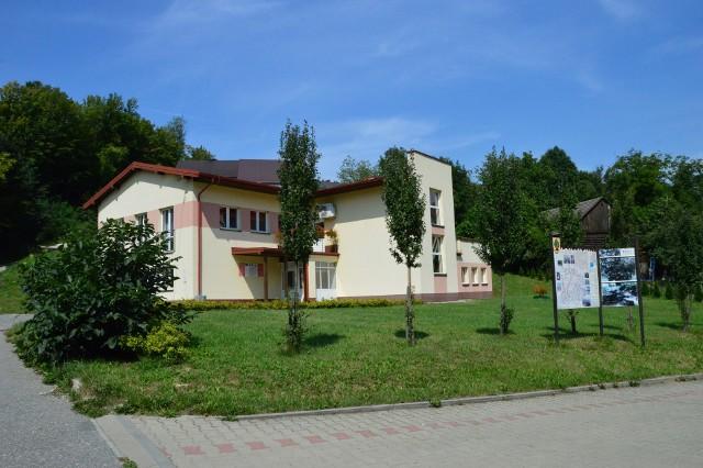 Na tym terenie zielonym ma powstać plac zabaw i siłownia zewnętrzna (w głębi widać Centrum Kultury)